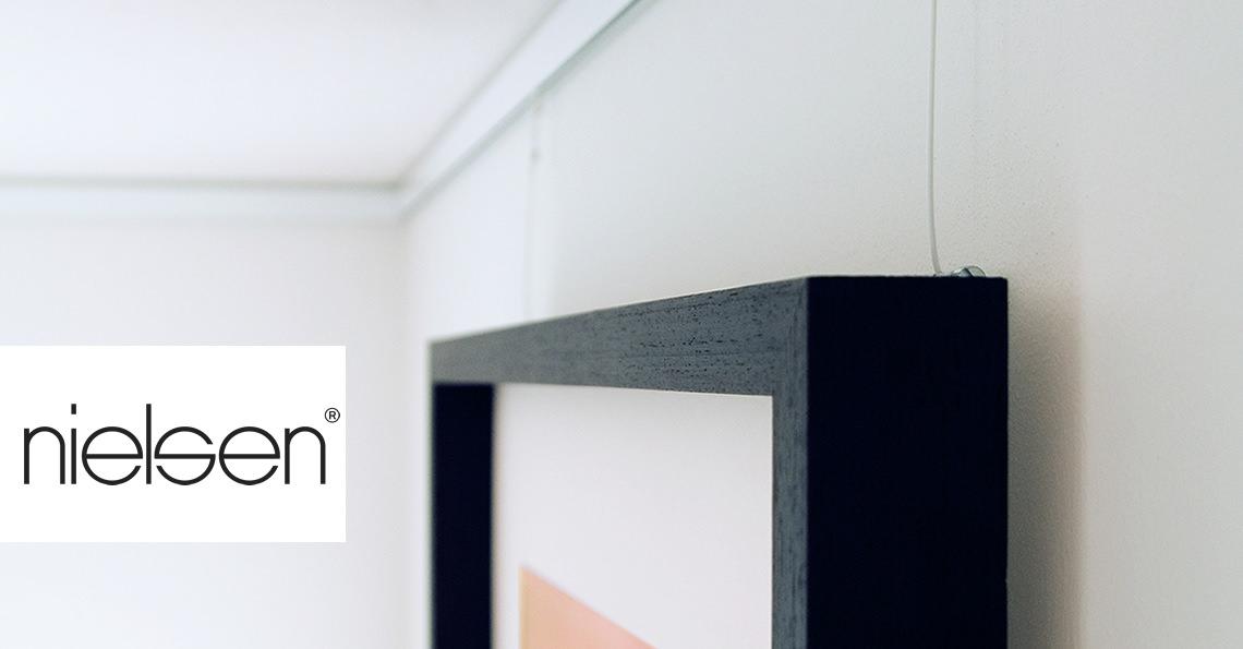 galerieschienen bilder h ngen je nach stimmung bilderrahmen. Black Bedroom Furniture Sets. Home Design Ideas